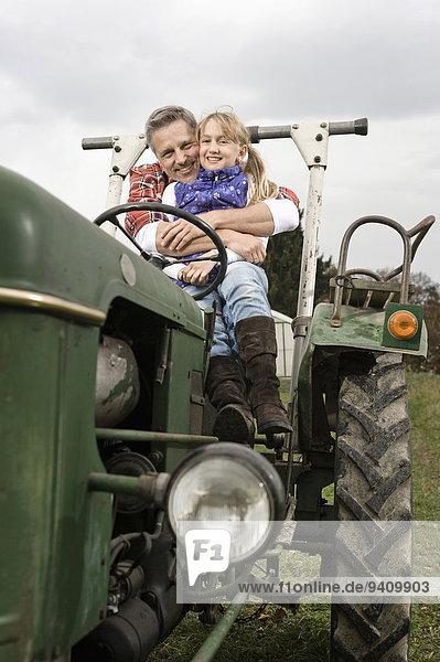umarmen Traktor Bauer Tochter