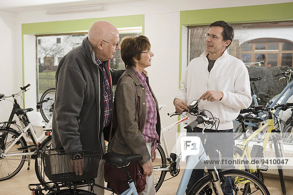 Senior Senioren Mann nehmen Fahrrad Rad Rat Umsatz