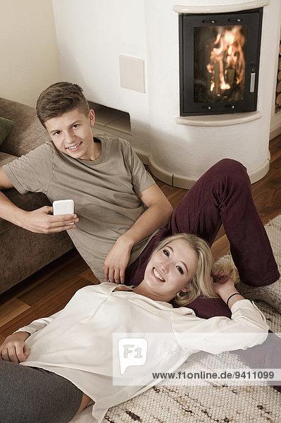 Jugendlicher Entspannung frontal Teppichboden Teppich Teppiche Feuer