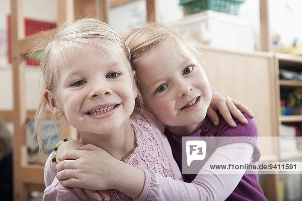bester Freund beste Freunde Kindergarten Portrait klein 2 Mädchen Seitenansicht bester Freund,beste Freunde,Kindergarten,Portrait,klein,2,Mädchen,Seitenansicht