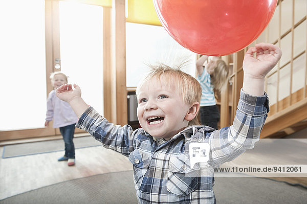 Kindergarten Luftballon Ballon rot spielen Kindergarten,Luftballon,Ballon,rot,spielen