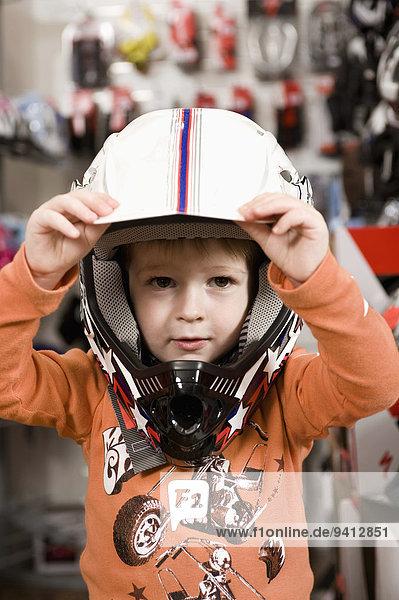 Junge - Person Fahrrad Rad Laden Helm