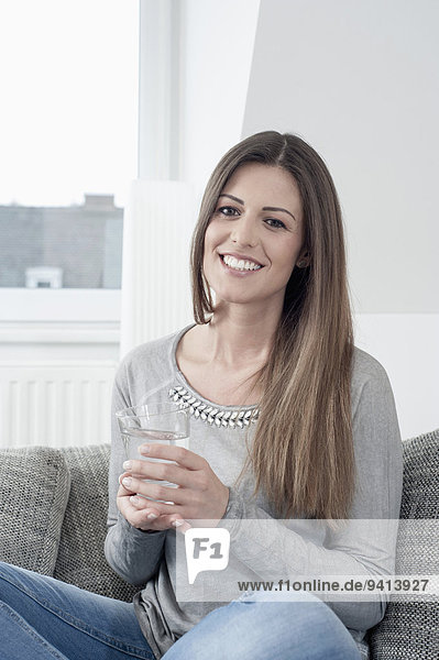 junge Frau junge Frauen Wasser Portrait Glas lächeln halten