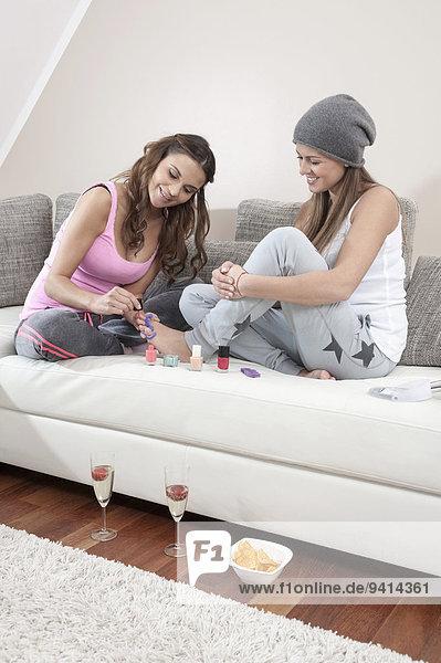 Interior zu Hause junge Frau junge Frauen Menschliche Zehe Menschliche Zehen Freund lackieren