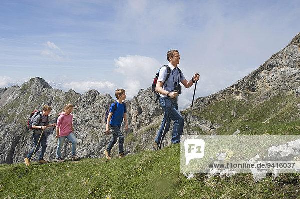 Jugendlicher Berg Menschlicher Vater wandern Alpen