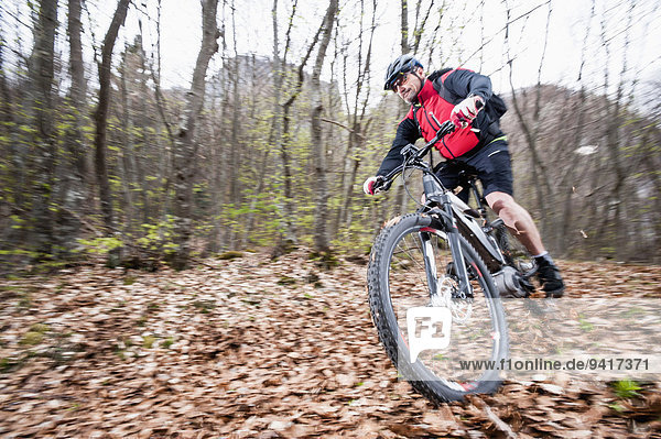 Mountainbike mountain bike Wettrennen Rennen Mann Wald Herbst Elektrische Energie