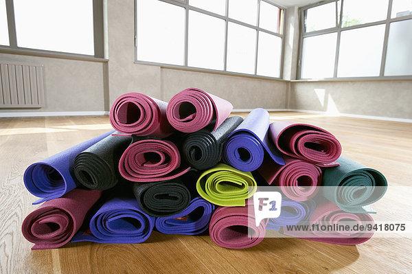 Haufen Farbaufnahme Farbe Close-up Yoga Matte Studioaufnahme