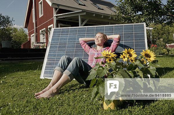 Frau Entspannung schlafen Garten Sonnenkollektor Sonnenenergie Tisch