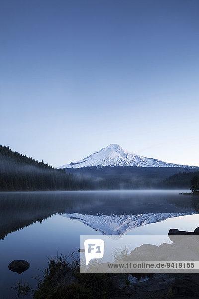 Trillium Lake mit Mount Hood  Clackamas County  Oregon  USA