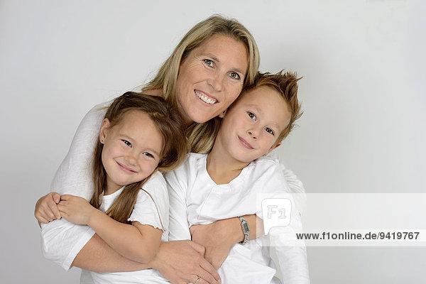 Mutter mit ihren zwei Kindern  Junge und Mädchen