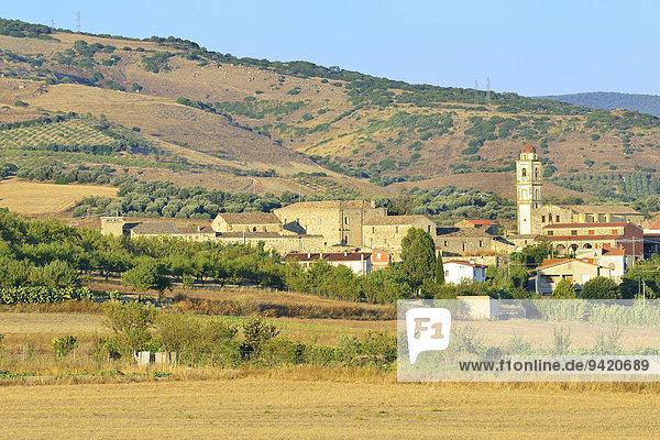 Ortsansicht mit Kirche San Pietro Apostolo  Tuili  Hochebene Giara di Gesturi  Provinz Medio Campidano  Sardinien  Italien  Europa