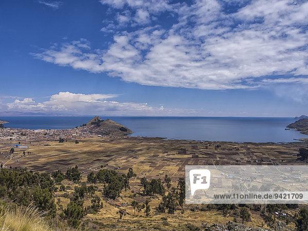 Bucht und Stadt Copacabana  Titicacasee  bolivianische Hochebene Altiplano  Laz Paz  Bolivien