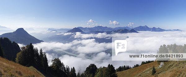 Panoramablick vom Heuberg bei Nußdorf am Inn  links Kranzhorn  Mitte Wildbarren  rechts Wendelstein  Chiemgauer Alpen  Chiemgau  Oberbayern  Bayern  Deutschland
