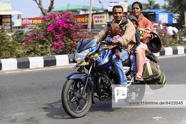 Indische Familie auf dem Motorrad  bei Mumbai  Maharashtra  Indien
