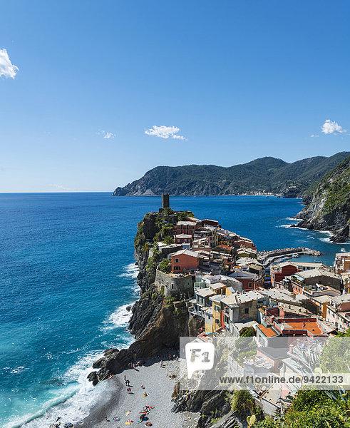 Bunte Häuser an Steilküste mit Strand,  Ausblick auf Vernazza,  La Spezia,  Cinque Terre,  Ligurien,  Italien