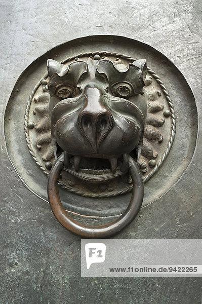 Löwentürklopfer  14. Jhd.  am Hauptportal  Lorenzkirche  Nürnberg  Mittelfranken  Bayern  Deutschland