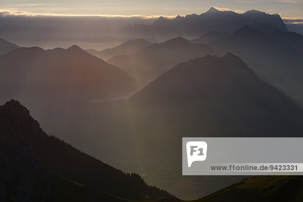 Sonnenaufgang über Reutte  Tirol  mit Gehrenspitze im Vordergrund  Reutte  Außerfern  Tirol  Österreich