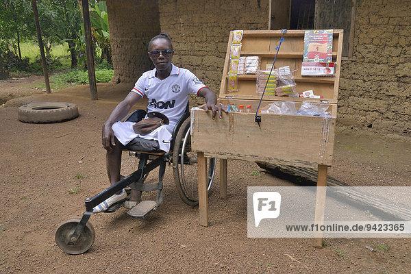 Amputierter vor seinem mobilen Laden  Motema Amputee Camp  Koidu  Koidu-Sefadu  Kono-Distrikt  Eastern Province  Sierra Leone