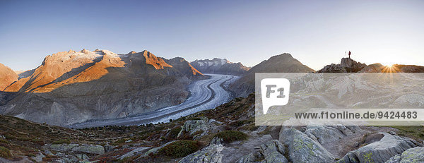 Der Aletschgletscher im ersten Morgenlicht mit Fotograf von der Moosfluh  Riederalp  Wallis  Schweiz  Europa