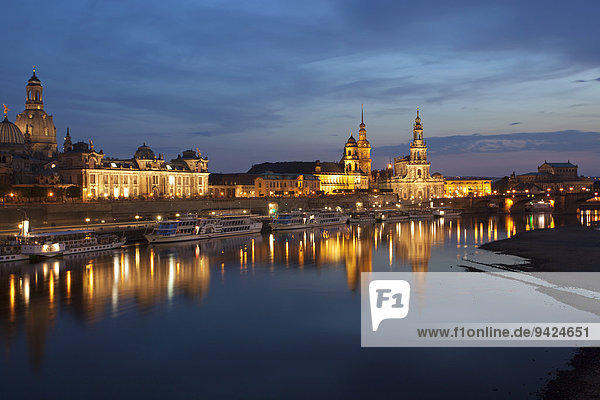 Spiegelung der Altstadt von Dresden in der Elbe im Abendlicht  Sachsen  Deutschland  Europa