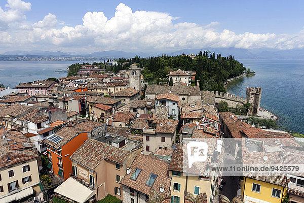 Ausblick von der Scaligerburg auf Sirmione  Gardasee  Lombardei  Italien