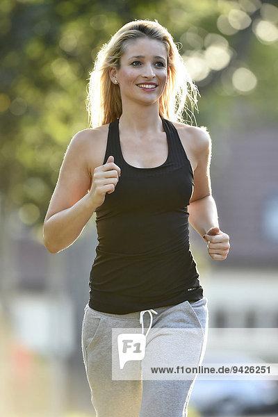 Junge Frau beim Jogging  Deutschland