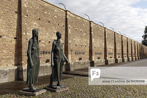 Frauenskulpturen vor der Mauer der Nationen  Mahn- und Gedenkstätte Ravensbrück  ehemaliges Frauen-KZ  Fürstenberg Havel  Brandenburg  Deutschland