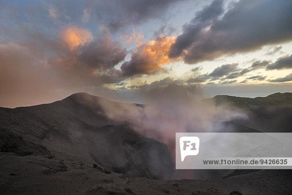 Dampf steigt auf aus offenem Krater des Mount Yasur Vulkans  Insel Tanna  Vanuatu