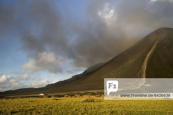 Auto fährt über Sandebene Ash Plain  Mount Yasur Vulkan  Insel Tanna  Vanuatu