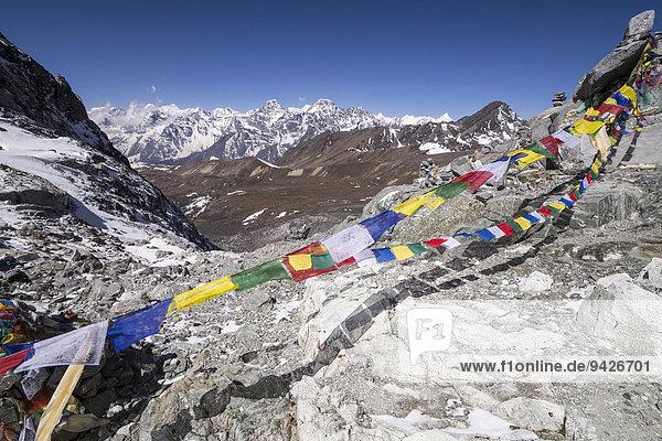 Gebetsfahnen am Cho La Pass vor Bergpanorama  Khumbu  Solukhumbu  Mount Everest Region  Nepal