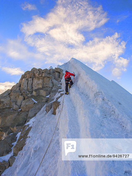 Angeseilter Bergsteiger beim klettern  Berg Huayna Potosí  Cordillera Real  Bolivien