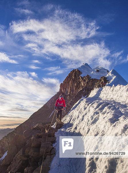 Angeseilter Bergsteiger auf dem Bergrücken  Huayna Potosi  Cordillera Real  Bolivien