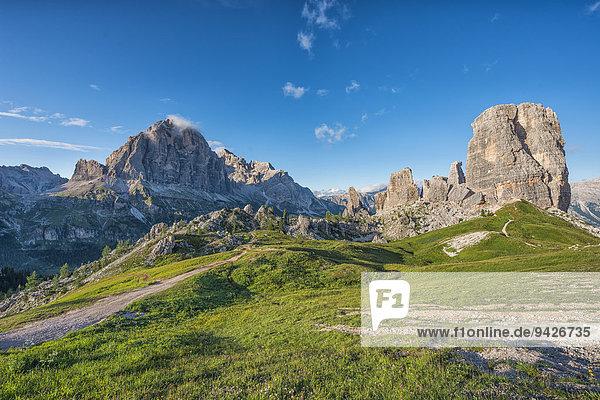 Cinque Torri oder Fünf Türme und Monte Averau mit blauem Himmel  Dolomiten  Venetien  Italien