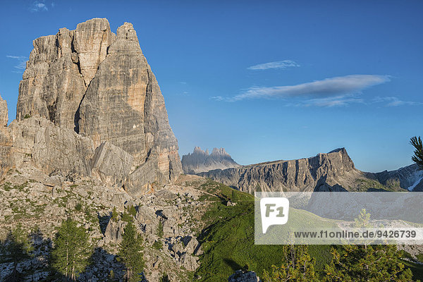 Gipfel der Cima Grande der Cinque Torri oder Fünf Türme mit blauem Himmel  dahinter die Berge Croda da Lago und Lastoi de Formin  Dolomiten  Venetien  Italien