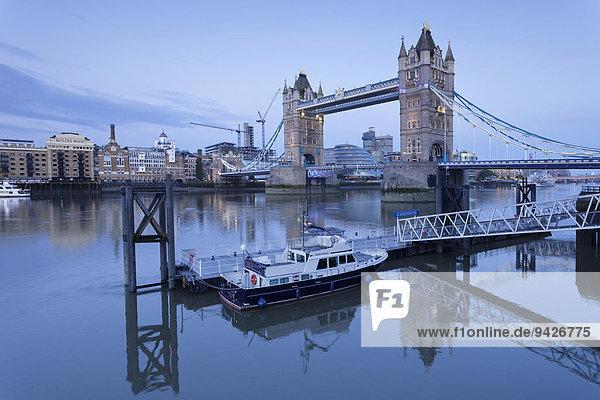 Ausblick über Tower Bridge zur City Hall  London  England  Großbritannien