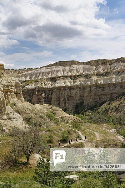 Wanderer im Taubental oder Güvercinlik Vadisi  Göreme Nationalpark  Provinz Nev?ehir  Kappadokien  Zentralanatolien  Anatolien  Türkei