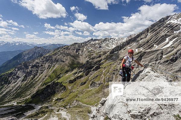 Bergsteiger beim Aufstieg über den Imster Klettersteig auf den Maldonkopf in den Lechtaler Alpen  hinten das Vordere Alpjoch  Hoch-Imst  Imst  Tirol  Österreich
