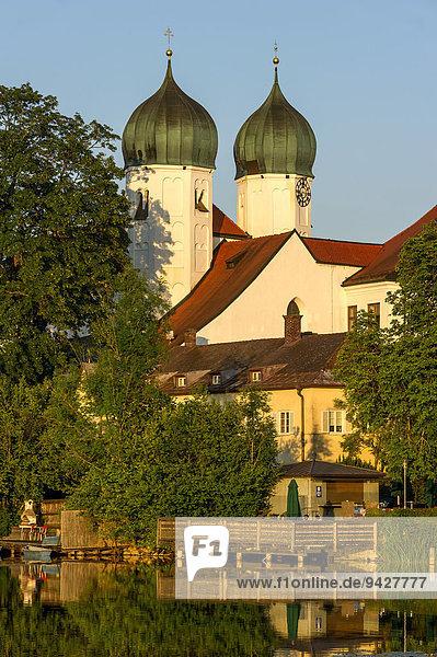 Benediktinerabtei Kloster Seeon mit Klosterkirche St. Lambert  Klostersee  Seeon-Seebruck  Chiemgau  Oberbayern  Bayern  Deutschland