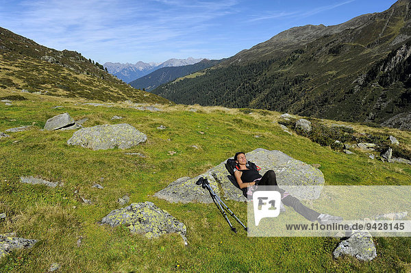 Frau ruht sich nach Bergwanderung aus  Fotschertal mit Ausblick auf die Nordkette  Tirol  Österreich Frau ruht sich nach Bergwanderung aus, Fotschertal mit Ausblick auf die Nordkette, Tirol, Österreich