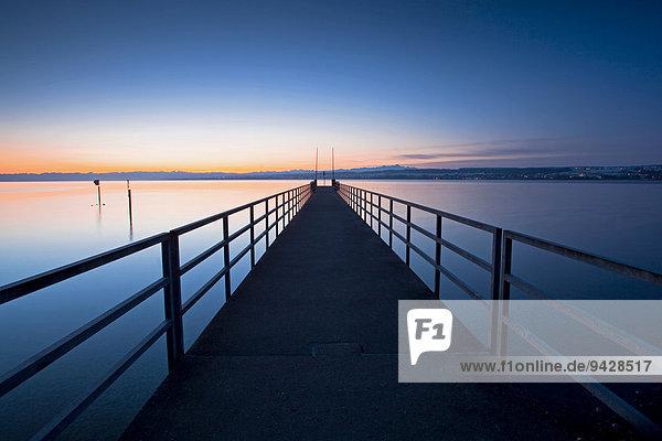 Steg im Morgenlicht am Bodenseeufer bei Konstanz  Baden-Württemberg  Deutschland  Europa