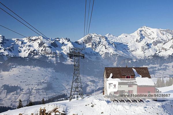 Gondelbahnmast mit Berghütte am Chäserrugg mit Blick zum Alpstein in der Ostschweiz  Schweiz  Europa