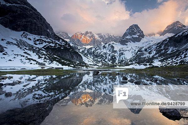 Der Seebensee in der Nähe der Zugspitze im Abendlicht mit Wasserspiegelung  Ehrwald  Österreich  Europa