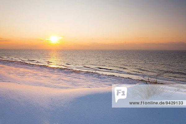 Sonnenuntergang im Winter mit Eis und Schnee  Insel Sylt  Schleswig-Holstein  Deutschland  Europa