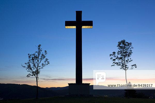 Gedenkkreuz im Abendlicht zur blauen Stunde am Berg bei Titisee-Neustadt im Schwarzwald  Baden-Württemberg  Deutschland  Europa  ÖffentlicherGrund