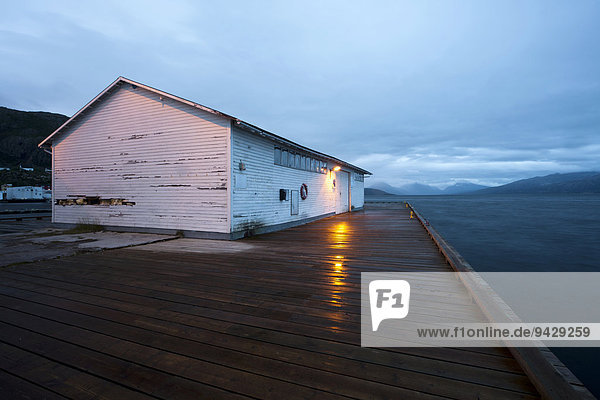 Hafen von Lodingen um Mitternacht bei leichtem Regen auf den Lofoten  Skandinavien  Norwegen  Skandinavien  Europa  ÖffentlicherGrund