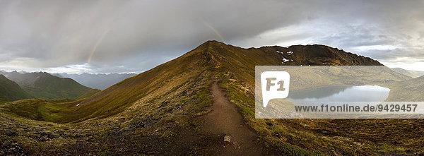 Abendstimmung mit Sonne  Regenbogen und Regen in den Talkeetna Mountains  Alaska  USA
