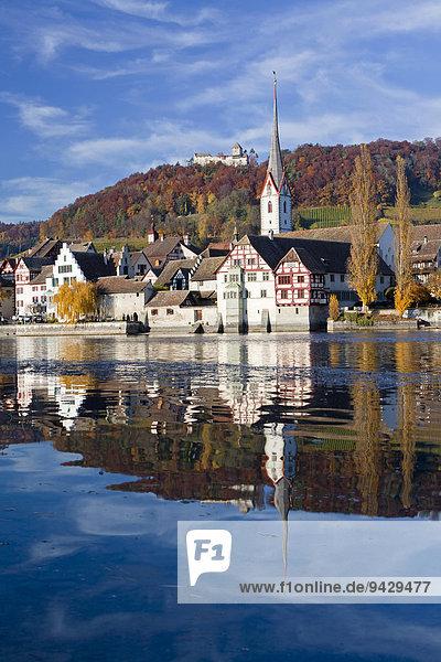 Herbst am Rhein mit Schloss und Kirche von Stein am Rhein  Schweiz  Europa  ÖffentlicherGrund