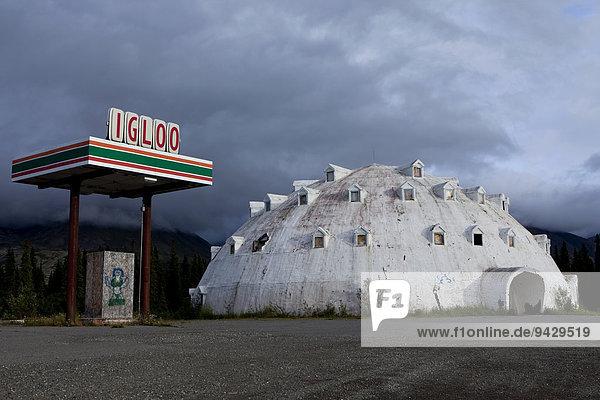 Altes Hotel IGLOO mit alter Tankstelle an einer Straße im Denali Nationalpark  Alaska  USA