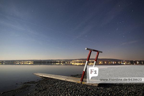 Eisrettungsgerät am Ufer vom Bodensee im Mondlicht  bei Hegne  Baden-Württemberg  Deutschland  Europa  ÖffentlicherGrund