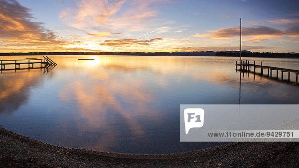 Holzstege  Morgenstimmung am Starnberger See  Bayern  Deutschland  Europa  ÖffentlicherGrund